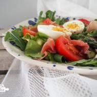 Sałatka ze szparagami, szynką parmeńską i jajkiem
