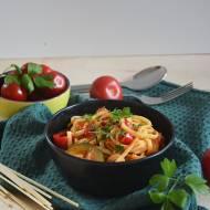 Linguine z cukinią i papryką w sosie pomidorowym z lubczykiem