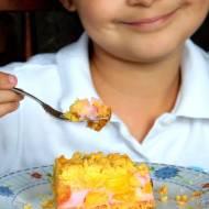 Kruche ciasto z czereśniami , mango i budyniową pianką