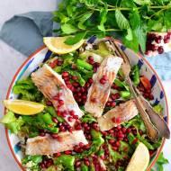 Lekka sałatka na lunch z rybą i warzywami.