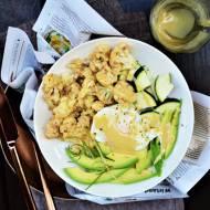 Banalnie prosty posiłek. Awokado, cukinia i duszony w maśle migdałowym kalafior i jajko w koszulce a całość polana dressingiem t