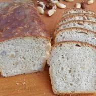 Chleb z orzechami brazylijskimi na szklanki