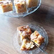 Szybkie ciasto migdałowe z agrestem i morelami