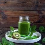 Zielony koktajl ze szpinakiem, ogórkiem i miętą (dieta dr Dąbrowskiej)