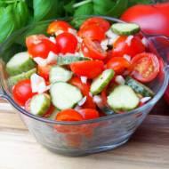 Szybka surówka z pomidorkami koktajlowymi, ogórkiem małosolnym i cebulą