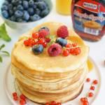 Pancakes z syropem klonowym i letnimi owocami
