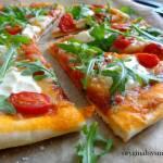 Pizza z rukolą, pomidorkami, mozzarellą i mascarpone