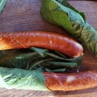 Grill w chrzanie – kielbasa, kaszanka, ser w lisciach chrzanu