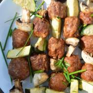 Grillowane szaszłyki z wołowymi klopsikami