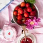 Dżem truskawkowy z płatkami róży – bez cukru