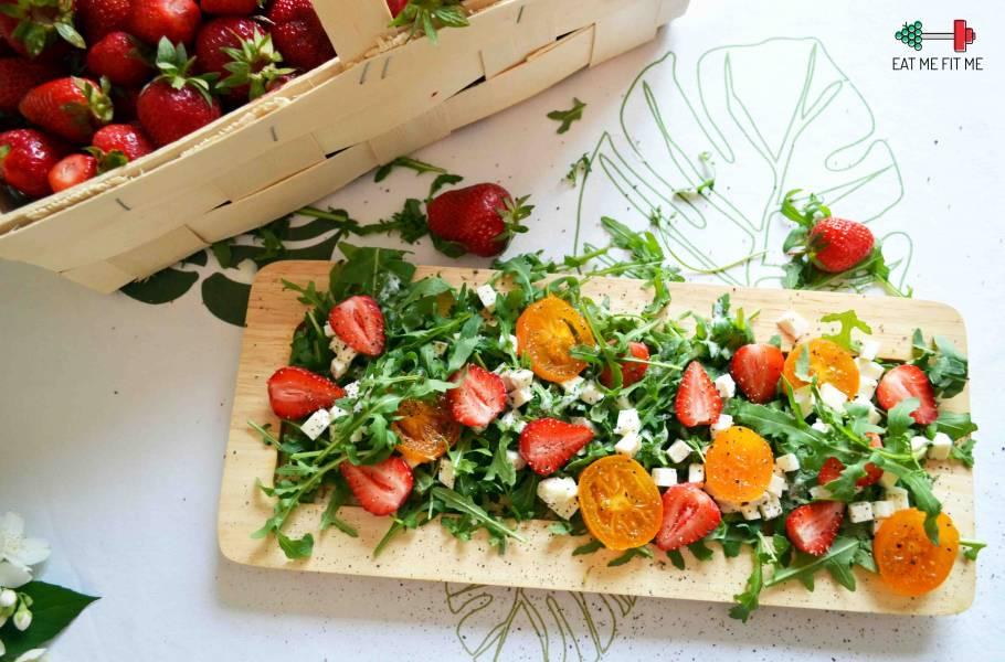 Sałatka z truskawkami, mozzarellą i ziołami
