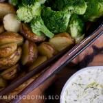 pieczone młode ziemniaki z brokułem z sosem jogurtowym