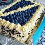 Tort o smaku śmietany i kremu karpakowego w towarzystwie borówek