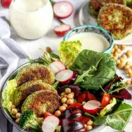 Kotlety z brokułów i kaszy pęczak z wegańskim dressingiem z aquafaby