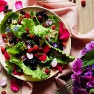 Letnia sałatka z kwiatami, owocami, ziołami i quinoą