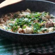Kremowy sos kurkowy podawany z kurczakiem