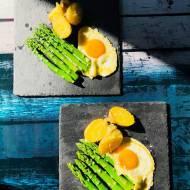 Przepisy kulinarne - Szparagi z jajkiem sadzonym i młodymi ziemniakami