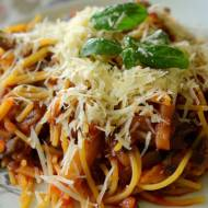 Tradycyjny włoski makaron z bakłażanem i pomidorami