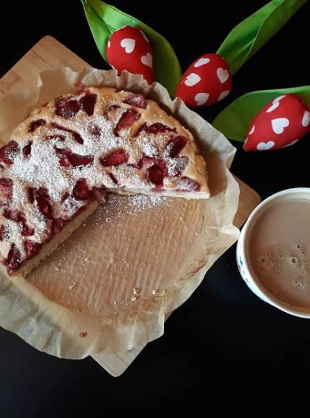 Biszkoptowo - jogurtowe ciasto z truskawkami