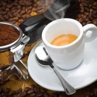Kawa z wodą różaną, szafranem i kardamonem
