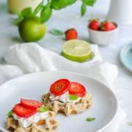 Bezglutenowe gofry limonkowo-bazyliowe w wersji na słono i słodko