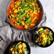 Curry z kurczaka z groszkiem cukrowym i cukinią