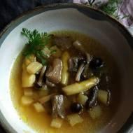 Czysta zupa z grzybami i szparagami