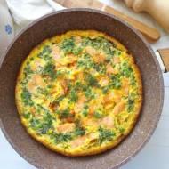 Frittata z groszkiem i wędzonym łososiem (Frittata con piselli e salmone affumicato)