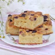 Jogurtowo-serowe ciasto z agrestem i borówkami.