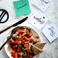 Sałatka z truskawkami, pomidorkami i szynką parmeńską