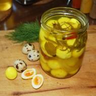 Marynowane jajka przepiórcze z kurkumą