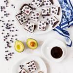 Brownie z awokado na mące migdałowej z borówkami