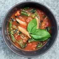 Makaron z cukinią, pomidorem i fasolką – idealny na upał