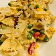 Przepisy kulinarne - Makaron z warzywami i polędwiczką wieprzową w sosie śmietanowym - Przepis na obiad w 30 minut