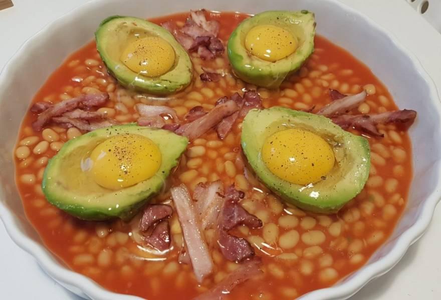 Pieczone awokado z fasolką, jajkiem i boczkiem