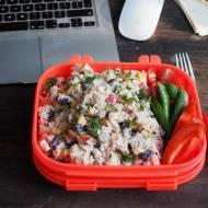 Sałatka z ryżem idealna do pracy. Przepis krok po kroku.
