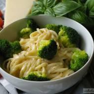 Spaghetti z brokułami w sosie serowym