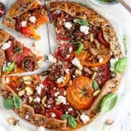 Wytrawne galette z letnimi pomidorami, ricottą, ziołami, pistacjami i miodem