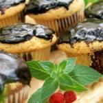 Łaciate muffinki z polewą czekoladową