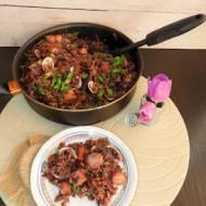 Pilaw z kolorowego ryżu, mieszanki morskiej i szpinaku