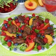 Sałatka z wątróbką drobiową, owocami i sosem malinowym