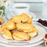 pieczone pierożki z wiśniami