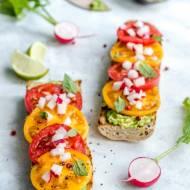 Grillowana bagietka z awokado, pomidorami, rzodkiewką i miętą
