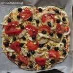 Pizza z grillowanym kurczakiem, pomidorami i oliwkami
