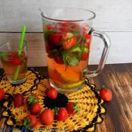 Napój truskawkowy z aloesem i miętą