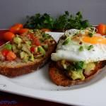 Jajo sadzone na kanapce z guacamole
