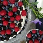 Tort z owocami leśnymi