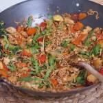 Makaron z woka z warzywami w sosie ostrygowo-ostrym
