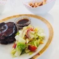 Przepisy kulinarne - Karkówka duszona w sosie miodowym z chrupiącymi frytkami i sałatką