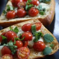 Bruschetta z pomidorkami cherry i serem mozzarella